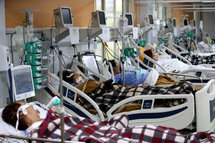 Pacientes son fotografiados en la sala de emergencias del hospital Nossa Senhora da Conceicao, en Porto Alegre, Brasil (Brasil)