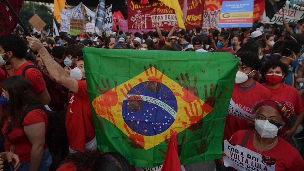 En medio del peor momento de sus popularidad, Bolsonaro recurre al fútbol a meses de las elecciones presidenciales del 2022.