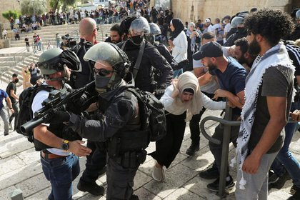 Las fuerzas de seguridad israelíes en acción durante el Día de Jerusalén, cerca de la Puerta de Damasco, en las afueras de la Ciudad Vieja de Jerusalén (Reuters/ Ronen Zvulun)