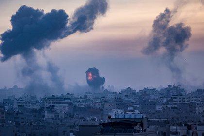 Se intensifican los bombardeos de la aviación israelí sobre la Franja de Gaza mientras los milicianos de Hamas lanzan desde ese territorio misiles hacia las principales ciudades de Israel (EFE/ EPA/ Haitham Imad)