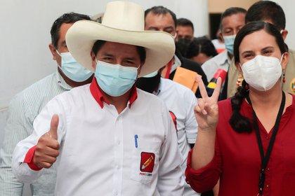 Pedro Castillo formalizó una alianza con la izquierdista Verónika Mendoza (reuters)