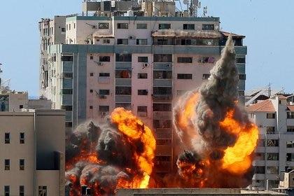 Una explosión alcanza el edificio que alberga las oficinas de AP y Al Jazeera durante un ataque israelí con misiles en Ciudad de Gaza. 15 mayo 2021. REUTERS/Ashraf Abu Amrah. NO REVENTAS NI ARCHIVO.