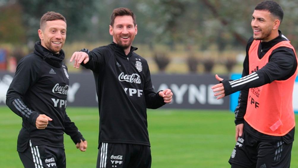 Messi, Paredes y Papu Gómez en el entrenamiento. (Twitter Selección Argentina).