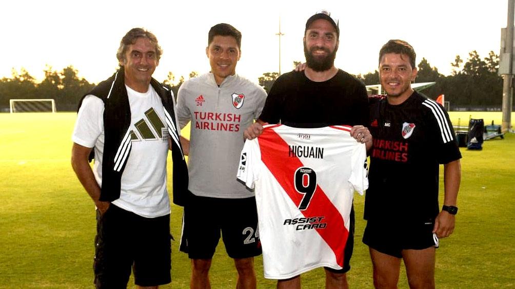 Higuaín posa con Gallardo, Enzo Pérez y Francescoli