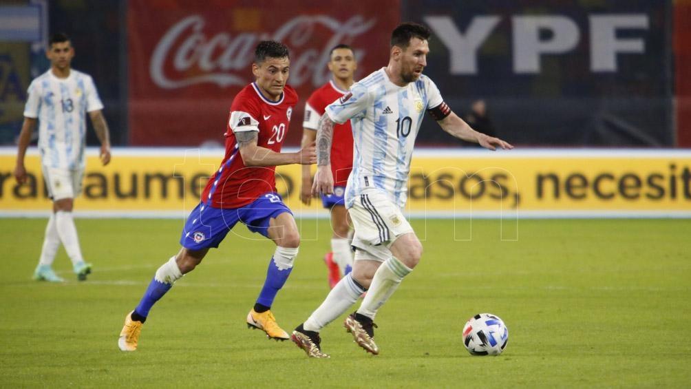 """El mediocampista colombiano dijo que Messi """"es el mejor jugador del mundo"""" y planteó que intentarán """"no dejarlo jugar""""."""