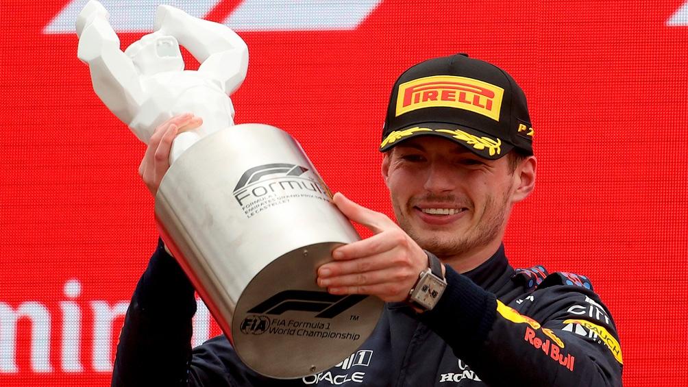 El neerlandés sumó 131 puntos en la clasificación de pilotos y se alejó de Hamilton.