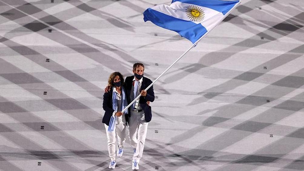 Lange y Carranza Sarioli, con la bandera argentina en Tokio 2020 (Foto: @juegosolimpicos)