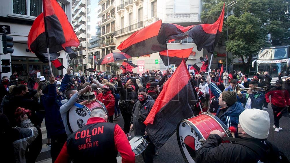Todo el color del festejo sabalero en la Ciudad de Buenos aires.