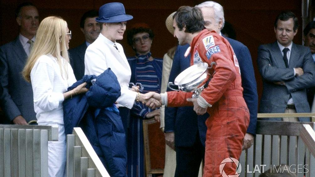 Reutemann recibe el trofeo de manos del príncipe Raniero y la princesa Grace. (AFP)