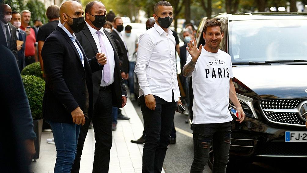Lionel Messi pasó la revisión médica y visitó el estadio donde juega el París Saint Germain. Foto: AFP.