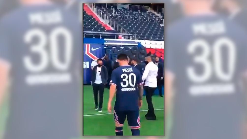 Histórico: Messi con la camiseta 30 del Paris Saint Germain (Captura de video),