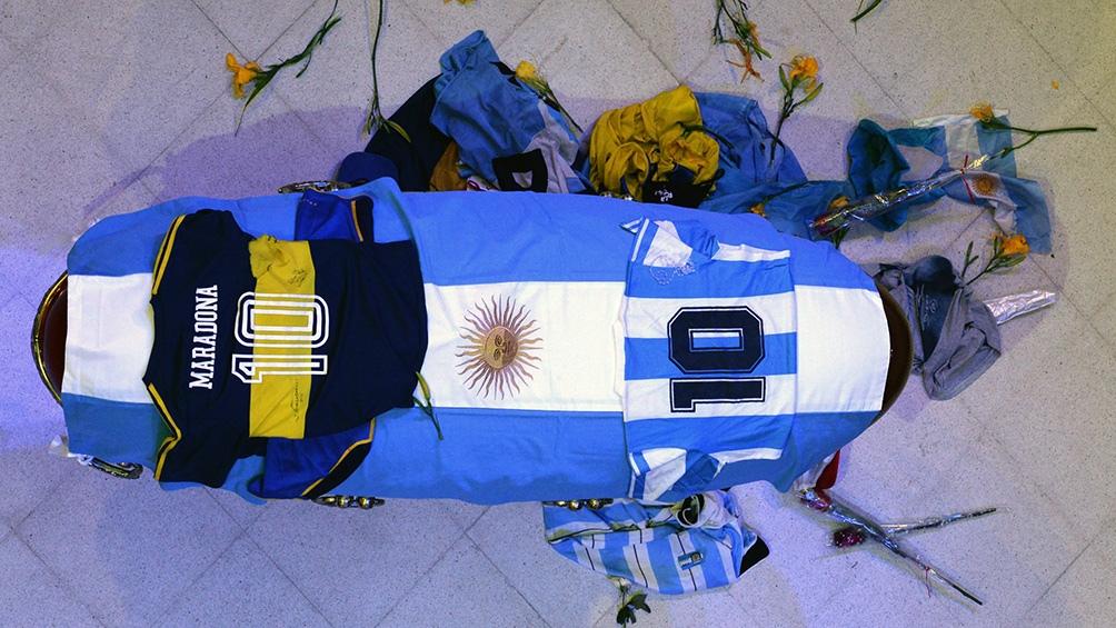 Una imagen que dio la vuelta al mundo. El cajón de Maradona con sus dos camisetas más representativas: Boca y la Selección Argentina.