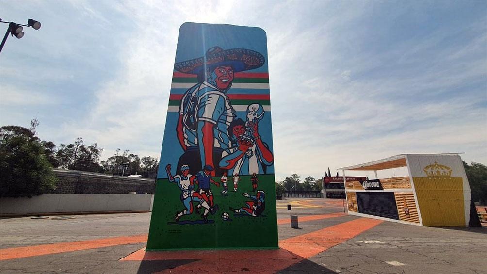 """La escultura antes de ingresar al Estadio Azteca, donde el """"10"""" dejó su huella para siempre."""