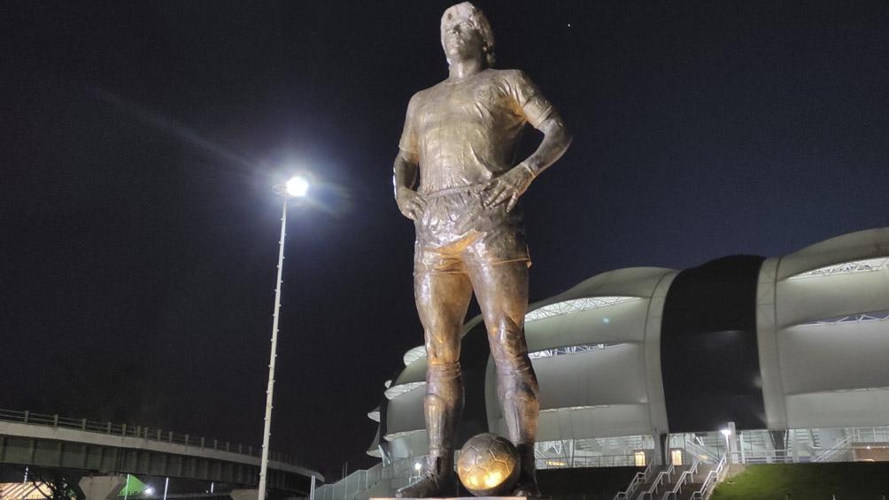 La estatua del astro de Villa Fiorito en el estadio Madres de Ciudades en Santiago del Estero.